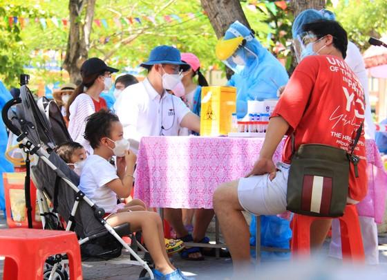 Gần 2.200 người nước ngoài được xét nghiệm Covid-19 tại quận Sơn Trà ảnh 5