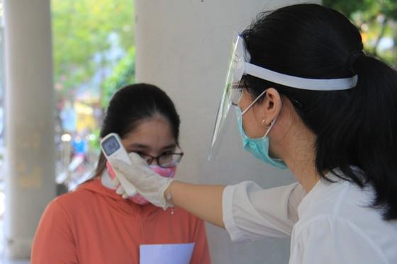 Gần 11.000 thí sinh thi tốt nghiệp THPT đợt 2 được lấy mẫu xét nghiệm Covid-19 tại Đà Nẵng ảnh 5