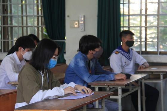 Gần 11.000 thí sinh thi tốt nghiệp THPT đợt 2 được lấy mẫu xét nghiệm Covid-19 tại Đà Nẵng ảnh 13