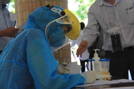 Gần 11.000 thí sinh thi tốt nghiệp THPT đợt 2 được lấy mẫu xét nghiệm Covid-19 tại Đà Nẵng ảnh 20