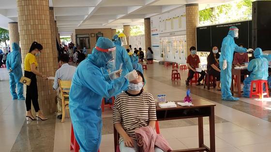 Gần 11.000 thí sinh thi tốt nghiệp THPT đợt 2 được lấy mẫu xét nghiệm Covid-19 tại Đà Nẵng ảnh 19