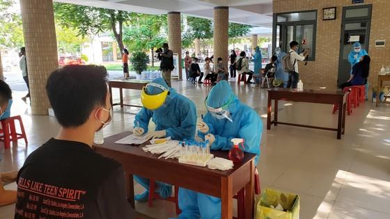 Gần 11.000 thí sinh thi tốt nghiệp THPT đợt 2 được lấy mẫu xét nghiệm Covid-19 tại Đà Nẵng ảnh 23