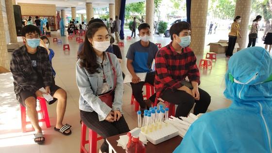 Gần 11.000 thí sinh thi tốt nghiệp THPT đợt 2 được lấy mẫu xét nghiệm Covid-19 tại Đà Nẵng ảnh 17
