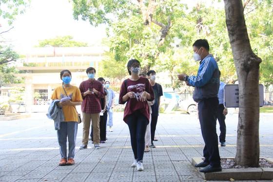 Gần 11.000 thí sinh thi tốt nghiệp THPT đợt 2 được lấy mẫu xét nghiệm Covid-19 tại Đà Nẵng ảnh 16