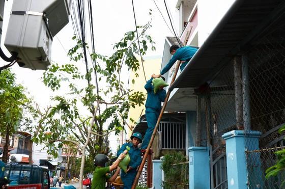 Di dời dân, chằng chống nhà cửa trước cơn bão số 13  ảnh 15