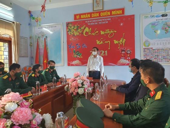 Lãnh đạo TP Đà Nẵng thăm và chúc tết các đơn vị trong đêm giao thừa ảnh 4