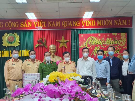 Lãnh đạo TP Đà Nẵng thăm và chúc tết các đơn vị trong đêm giao thừa ảnh 8