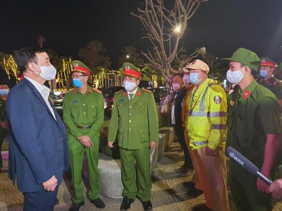 Lãnh đạo TP Đà Nẵng thăm và chúc tết các đơn vị trong đêm giao thừa ảnh 6