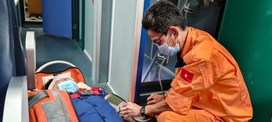 Cứu sống thuyền viên bị tai nạn lao động trên biển ảnh 1