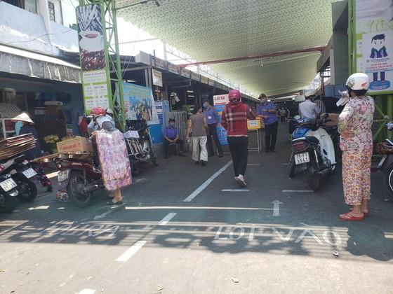 Đà Nẵng: Ngày đầu người dân đi chợ bằng thẻ để phòng chống dịch Covid-19 ảnh 5