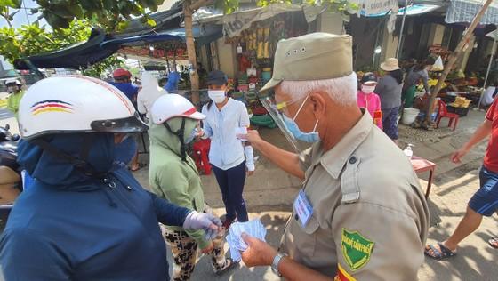 Đà Nẵng: Ngày đầu người dân đi chợ bằng thẻ để phòng chống dịch Covid-19 ảnh 7