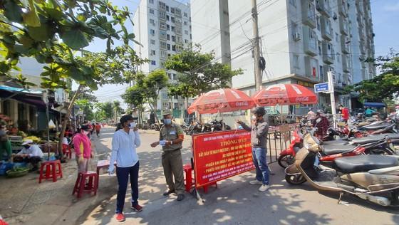Đà Nẵng: Ngày đầu người dân đi chợ bằng thẻ để phòng chống dịch Covid-19 ảnh 8