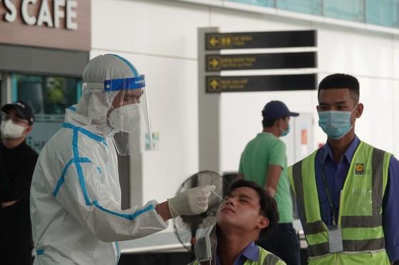 Xét nghiệm hơn 2.000 người tại Cảng Hàng không quốc tế Đà Nẵng ảnh 6