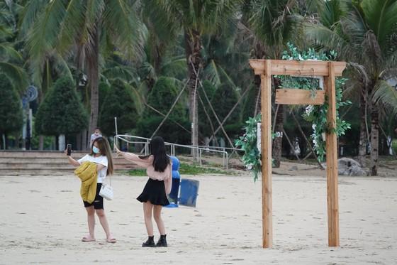Người dân Đà Nẵng vui mừng khi được ăn uống quán xá, tắm biển ảnh 2