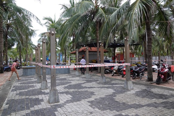 Người dân Đà Nẵng vui mừng khi được ăn uống quán xá, tắm biển ảnh 3