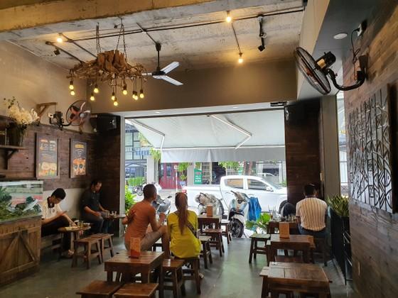 Người dân Đà Nẵng vui mừng khi được ăn uống quán xá, tắm biển ảnh 5
