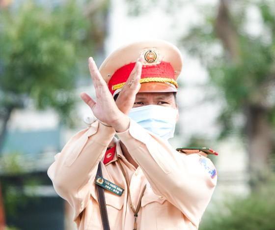 Đà Nẵng: Các thành viên kiểm soát dịch Covid-19 căng mình dưới thời tiết nắng nóng ảnh 4