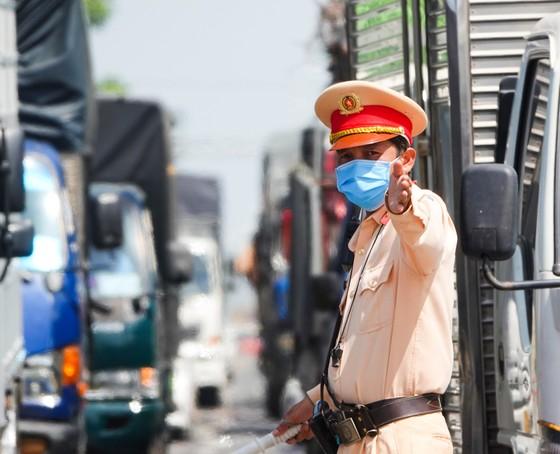Đà Nẵng: Các thành viên kiểm soát dịch Covid-19 căng mình dưới thời tiết nắng nóng ảnh 3