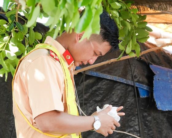 Đà Nẵng: Các thành viên kiểm soát dịch Covid-19 căng mình dưới thời tiết nắng nóng ảnh 5