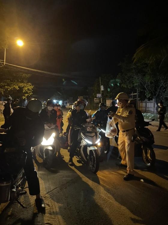 Công an Đà Nẵng xuyên đêm dẫn đường, hỗ trợ người dân đi xe máy về từ TPHCM qua đèo Hải Vân ảnh 4