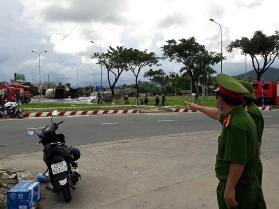 Đà Nẵng: Xe bồn chở 20 tấn gas bị lật giữa đường ảnh 2
