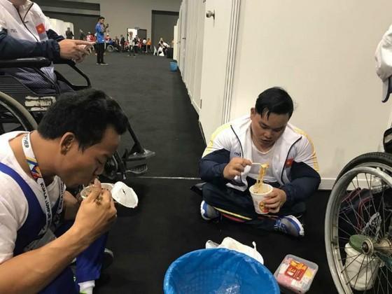 Lực sĩ Lê Văn Công (trái) và đồng đội cùng... ăn mỳ tôm. Ảnh: facebook Tridung Mai
