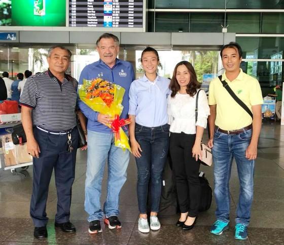 Chuyên gia Loren Seagrave (thứ 2 từ trái qua) sẽ giúp điền kinh TPHCM trong kế hoạch đưa Lê Tú Chinh sang Mỹ tập huấn. Ảnh: THIÊN HOÀNG