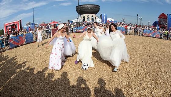 Người đẹp xứ Bạch Dương diện váy cưới đá bóng vì đội tuyển ảnh 3