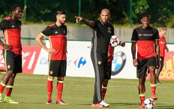 """Giroud lại """"đá xoáy"""" Thierry Henry ảnh 2"""