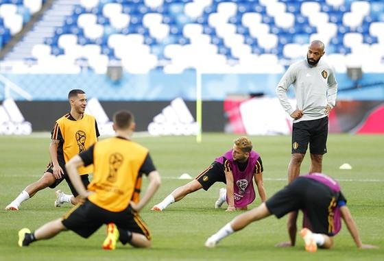 """Giroud lại """"đá xoáy"""" Thierry Henry ảnh 1"""