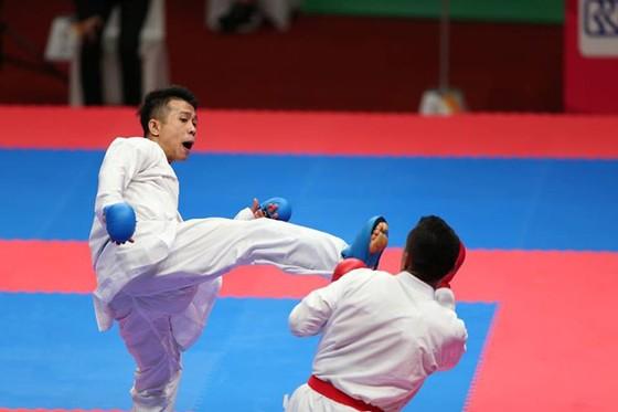 Dù chiếm ưu thế nhưng Thanh Duy (trái) vẫn bị xử thua trước đối thủ người Indonesia. Ảnh: DŨNG PHƯƠNG