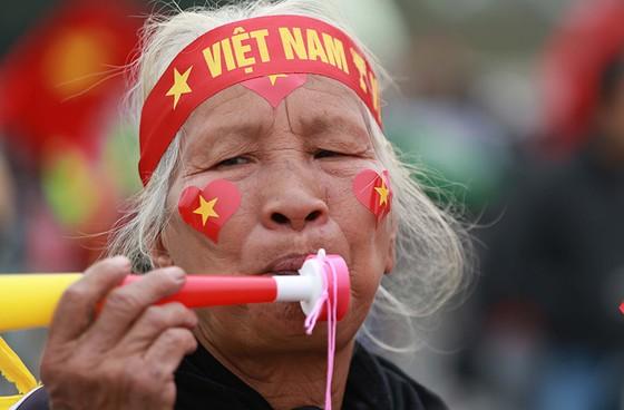 Mỹ Đình tràn ngập sắc đỏ-vàng trước trận chung kết AFF Cup ảnh 11