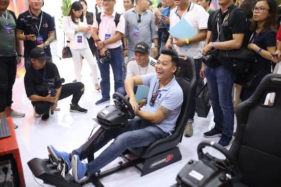 Người dân TPHCM hào hứng đua thử F1 tại Vietnam Motor Show