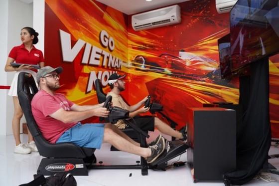 Người dân TPHCM hào hứng đua thử F1 tại Vietnam Motor Show ảnh 2