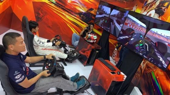Người dân TPHCM hào hứng đua thử F1 tại Vietnam Motor Show ảnh 3