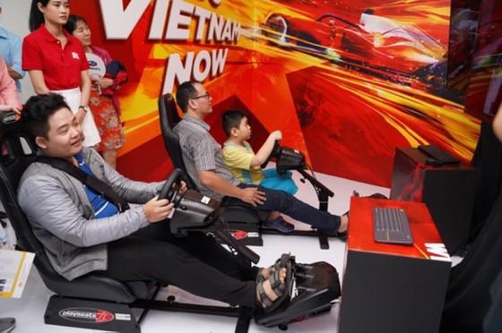 Người dân TPHCM hào hứng đua thử F1 tại Vietnam Motor Show ảnh 4