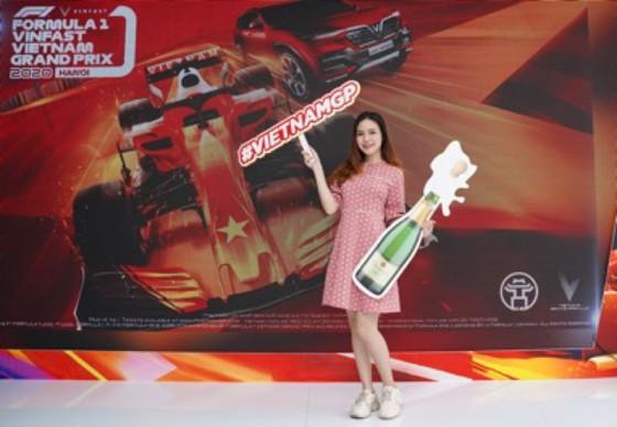 Người dân TPHCM hào hứng đua thử F1 tại Vietnam Motor Show ảnh 6