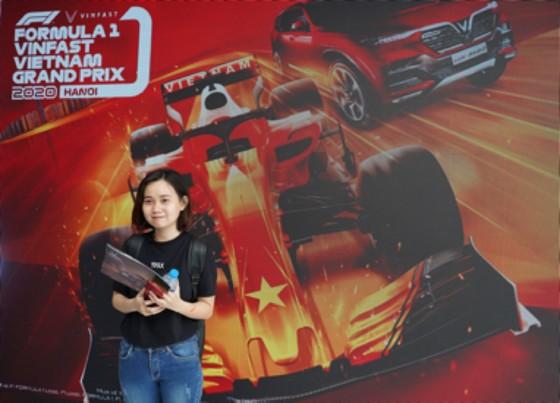 Người dân TPHCM hào hứng đua thử F1 tại Vietnam Motor Show ảnh 7