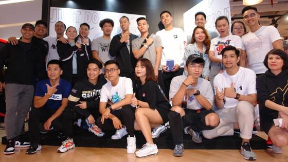 Các thành viên đội tuyển bóng rổ tuyển Việt Nam giao lưu cùng fan hâm mộ