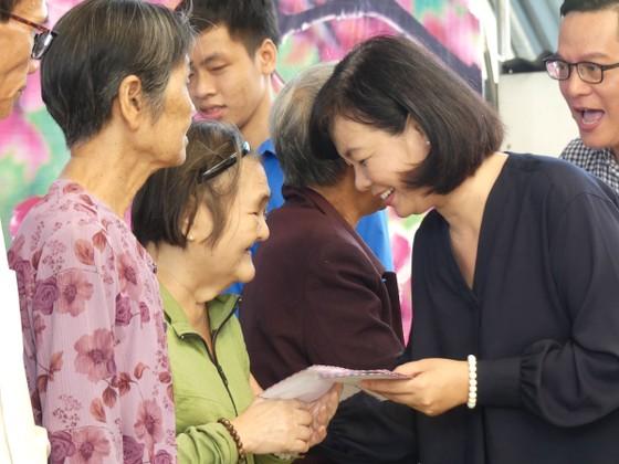 Tặng 500 phần quà Tết cho người khó khăn tại huyện Hóc Môn ảnh 2