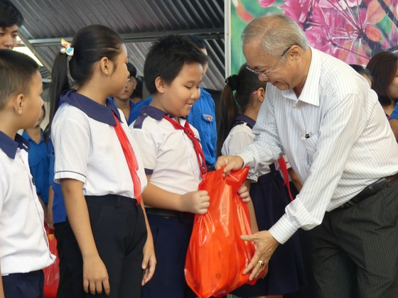 Tặng 500 phần quà Tết cho người khó khăn tại huyện Hóc Môn ảnh 1