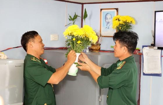 Lính Biên phòng thành phố giữ bình yên cho dân đón Tết ảnh 7