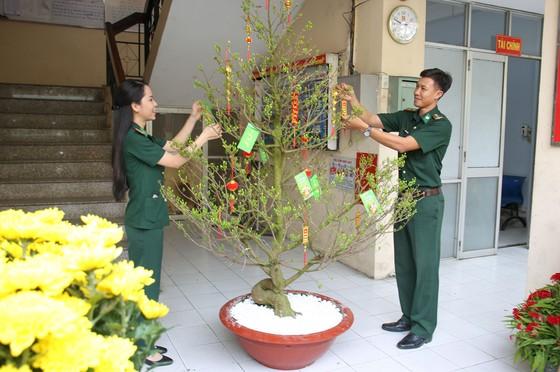 Lính Biên phòng thành phố giữ bình yên cho dân đón Tết ảnh 8