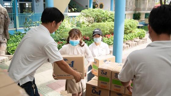 Lixco trao tặng hơn 5.000 lít gel rửa tay khô trong mùa dịch Covid -19 ảnh 1