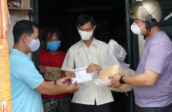 Tặng 100 triệu đồng cho người lao động nghèo phòng chống dịch Covid-19 ảnh 6