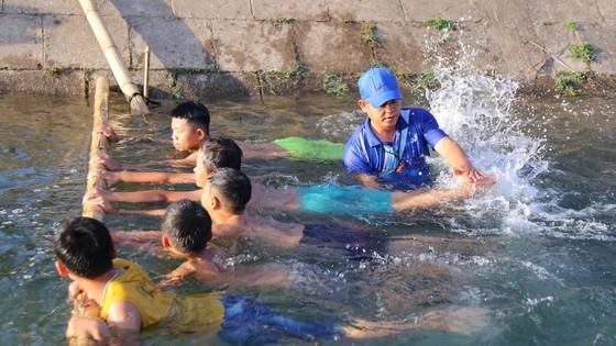 'Nắn dòng' kênh thủy lợi mở lớp dạy bơi miễn phí cho trẻ em  ảnh 1