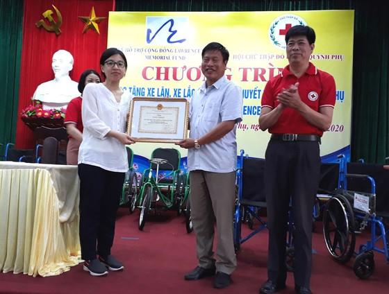 Quỹ Lawrence S. Ting trao tặng 250 chiếc xe lăn, xe lắc cho người khuyết tật ảnh 1