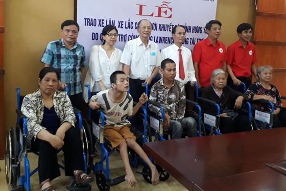 Quỹ Lawrence S. Ting trao tặng 250 chiếc xe lăn, xe lắc cho người khuyết tật ảnh 2