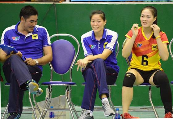 HLV Nguyễn Thị Ngọc Hoa (giữa) sẽ dẫn dắt đội U23 VTV Bình Điền Long An dự giải U23 quốc gia năm 2020