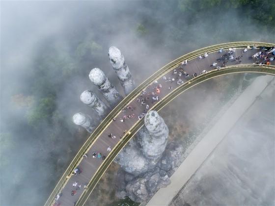 Cầu Vàng tại Bà Nà Hills được báo Anh bình chọn là kỳ quan mới của thế giới ảnh 1